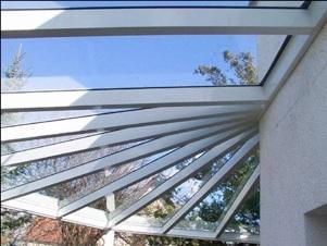 Runde Überdachung aus Aluminium und Glas